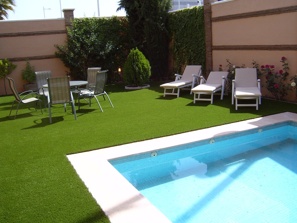 Instalaci n en piscinas c sped artificial tu c sped - Cesped artificial piscinas ...