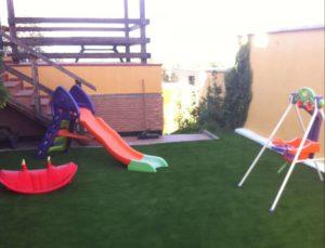 parque infantil con cesped artificial