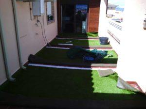 instalar cesped artificial en terraza
