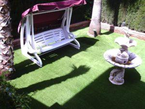 fuente para decorar jardin con cesped